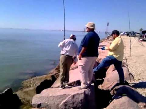 Landing a 19lb red drum texas city dike doovi for Texas city dike fishing