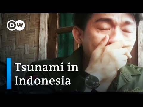 Indonesia tsunami: Pop band Seventeen swept off stage during performance | DW News