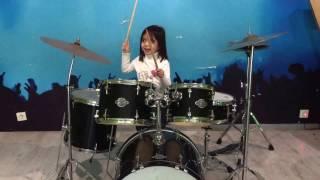 Наоми играет на барабанах.