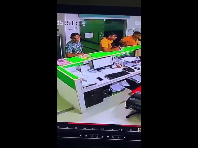 Cámara registra robo de celular en centro médico samario