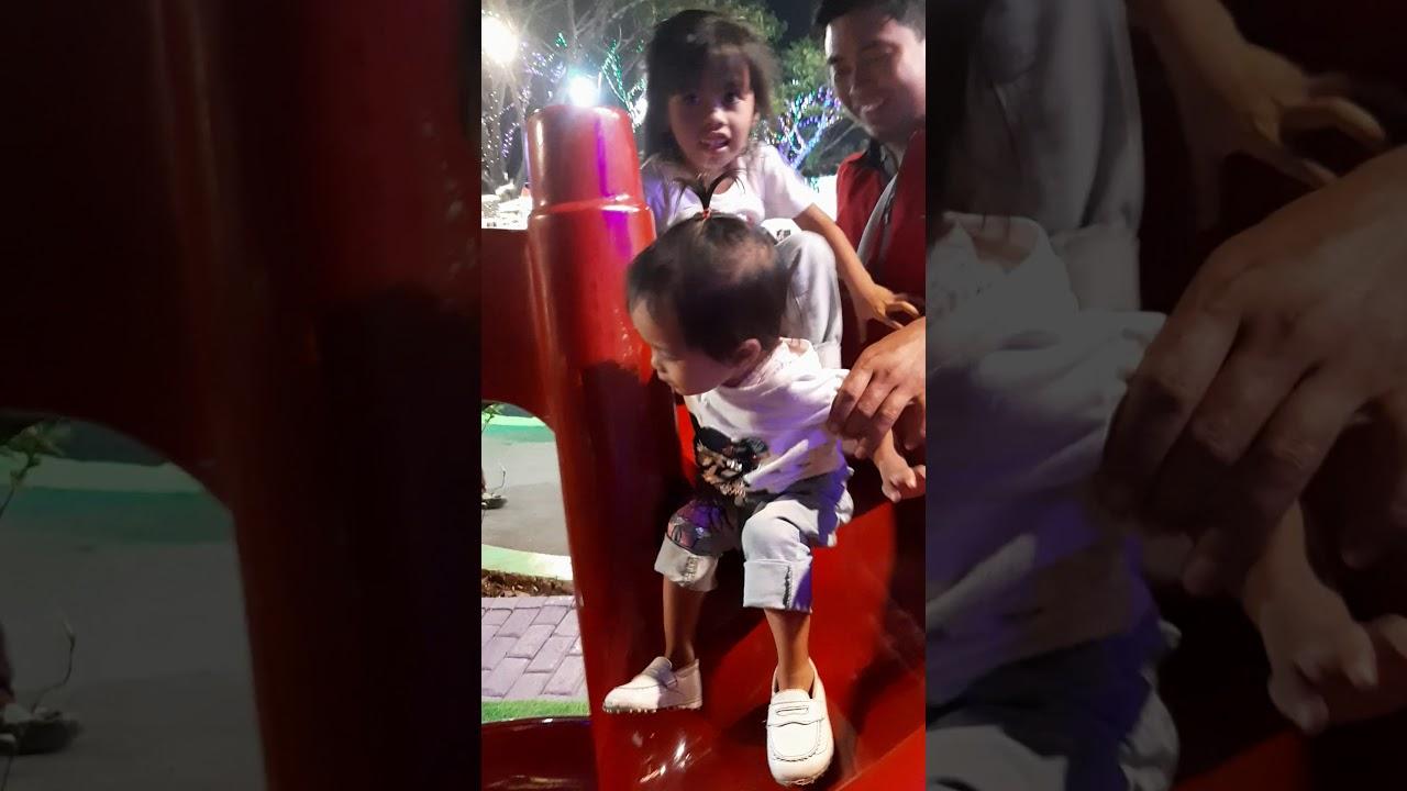Alifah dan afifah bermain di rainbow garden marakas - YouTube