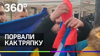 Украинцы разорвали флаги России и Донбасса