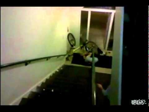 Van de trap vallen youtube - De trap van de bistro ...