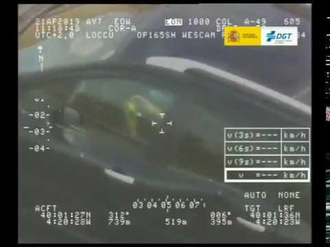 Cazado un conductor jugando con un cubo de Rubik al volante