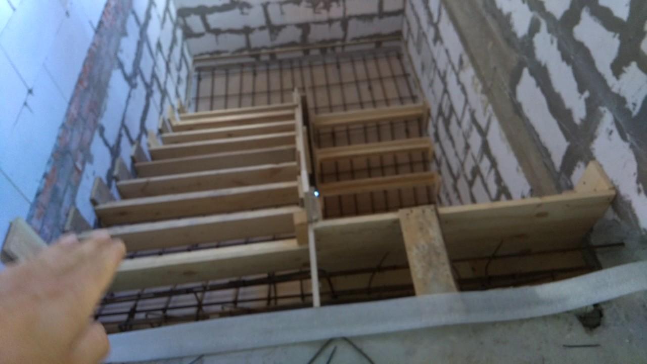 Опалубка и армирование бетонной лестницы в 2 этажа