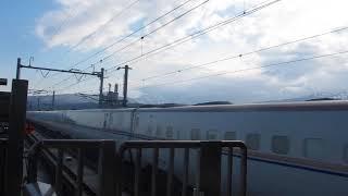 北陸新幹線の糸魚川駅で新幹線が通過