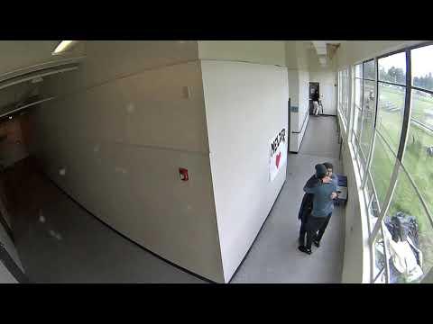 Un adestrador evita unha traxedia ao desarmar e abrazar a un estudante