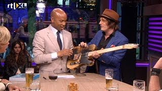 Humberto krijgt gitaarles van Spike - RTL LATE NIGHT