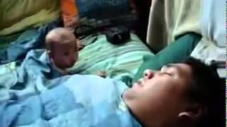 طفل صغير يقفز من الهلع عند سماع صوت شخير والده