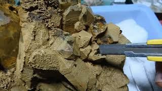 褐鉄鉱に覆われた水晶クラスターのクリーニング