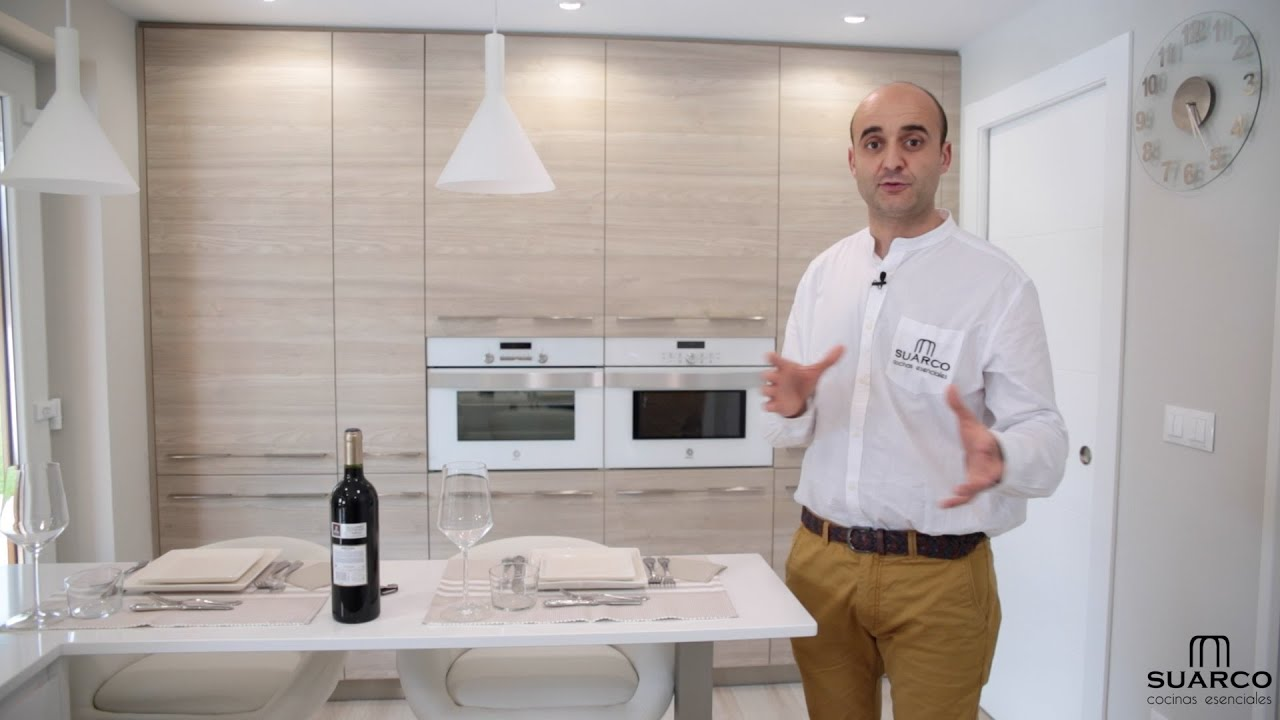 Video de cocina moderna blanca con madera y encimera de for Muebles de cocina suarco