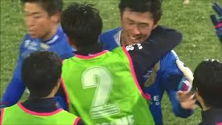 相手陣内の浅い位置のFKからゴール前にボールが入れられ、GKの手前で藤...