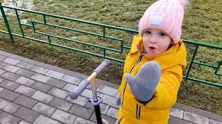 Ева играет на детской площадке/ Горки/ Развлечения/ Мультики/ Батуты/ Гонка на самокате/
