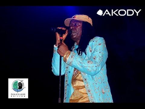 Concert Alpha blondy au palais de la culture d'Abidjan : Entrée d'Alpha Blondy sur la sène