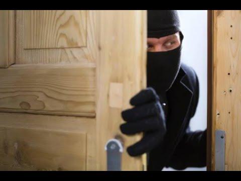 Воры хотели ограбить дом, в котором находилась 6-летняя девочка. Вскрыв дверь, они замерли на месте