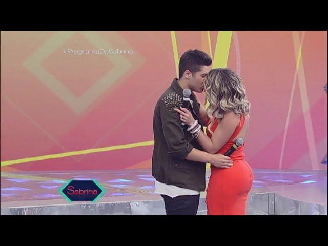 Pintou um clima: Zé Felipe e Babi Rossi se beijam no palco