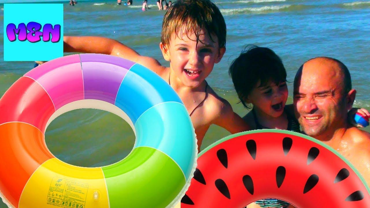 La plage des Rosaires les enfants à la mer მათე და ნინა ზღვაზე ვერთობით ოკეანის სანაპიროზე