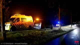 Auto belandt op zijkant in sloot in Nieuwleusen, bestuurder naar ziekenhuis