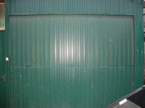 видео: Секционные подъемные ворота в гараж с  калиткой и уплотнителем (cамостоятельно без токарных работ)