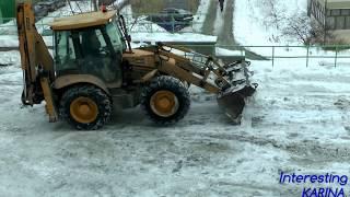ТРАКТОР ЗИМОЙ УБИРАЕТ СНЕГ  TRACTOR REMOVES SNOW IN THE WINTER
