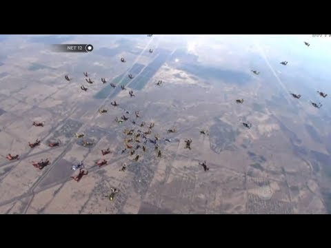 NET12 - Seorang Penerjun Tewas Saat Aksi Pemecah Rekor Terbang Massal Di Arizona Amerika