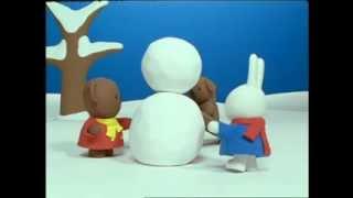 Nijntje - Nijntje maakt een sneeuwkonijn