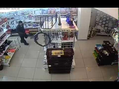 видео: неизвестный украл чайник в магазине Харбин (г. Ишим)