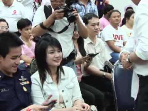 พล ต อ พงศพัศ หาเสียงวันวาเลนไทน์กับคู่รักที่ไปรษณีย์กลางบางรัก 14ก พ 56