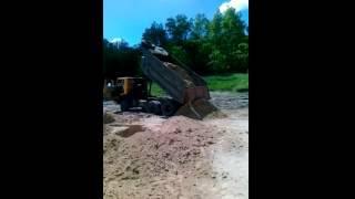 доставка песка природного на строительную площадку.mp4(Доставка песка на строительную площадку.http://ctroygrupp.ru/ Строительство дома. Коттеджи в Белгороде. Евро отделка..., 2012-01-19T06:09:01.000Z)