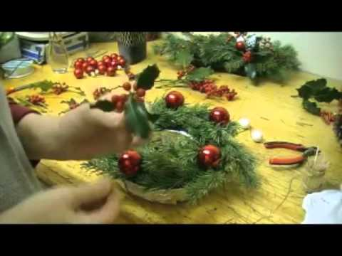 Composition florale de noel centre de table youtube for Art floral centre de table noel