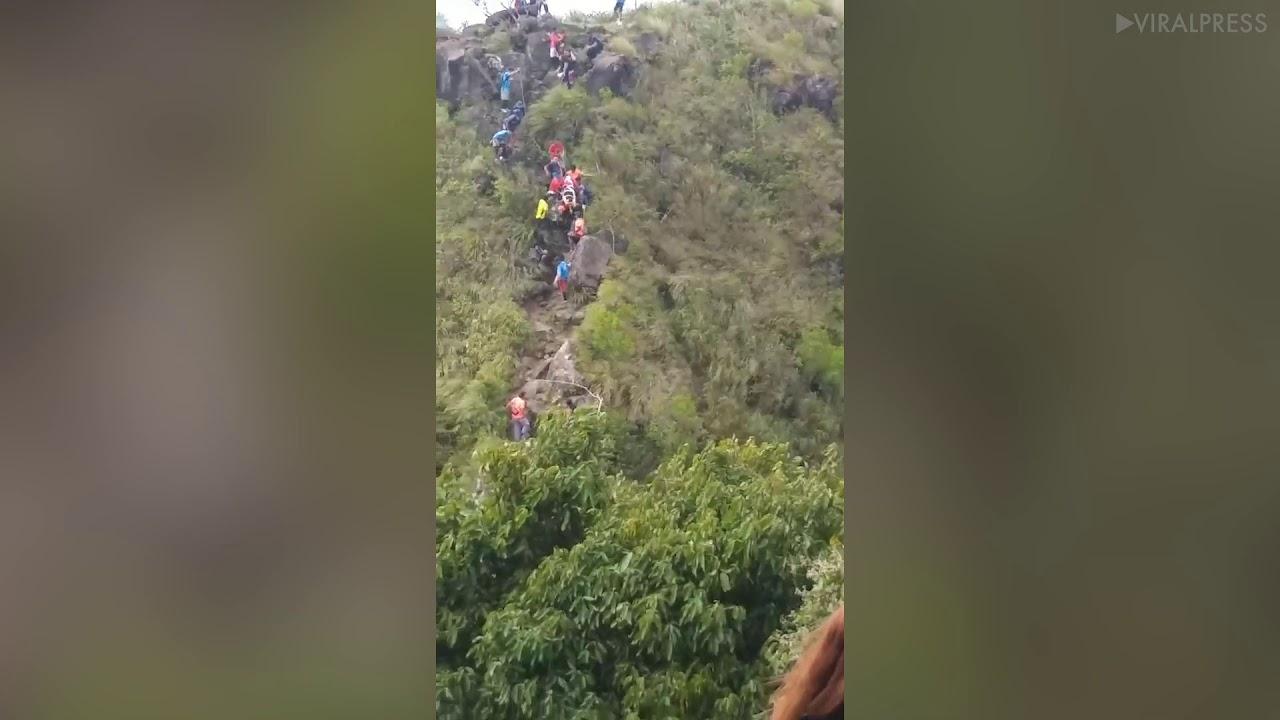 בשרשרת אנושית: כך חולץ מטייל מההר בפיליפינים