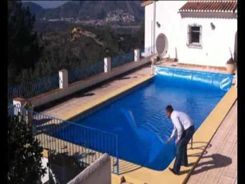 Cubierta piscina y manta t rmica piscina youtube for Alberca para 8 personas