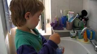 Kleiner Junge zeigt Nasenspülung