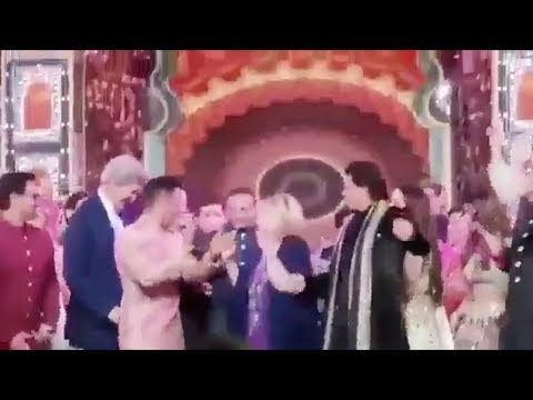Shah Rukh Khan Dancing On Bollywood Songs With Hillary Clinton At Isha Ambanis Sangeet Ceremony
