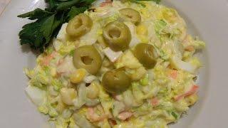 Салат из пекинской капусты и крабовыми палочками.