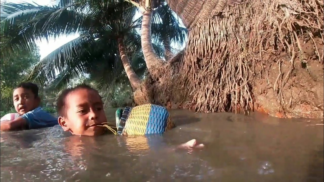 Rogoh Iwak Sambil Berenang di Sungai Ciaur    Bocah Ngapak Gokil