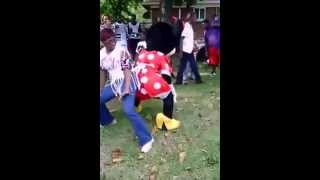 Minnie Mouse dancing to don