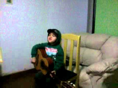 Garotinho cantando Justin Bieber