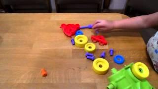 Развивающее видео для детей.Собираем конструктор - машинку и паровозик/child collects the designer(Этот ролик обработан в Видеоредакторе YouTube (https://www.youtube.com/editor), 2015-10-01T07:35:19.000Z)