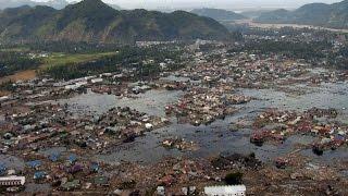 Цунами в Японии страшные кадры(Японские медиа обнародовали шокирующее видео, на котором заснят удар цунами в японии Не смотря на что, что..., 2014-08-12T13:56:50.000Z)