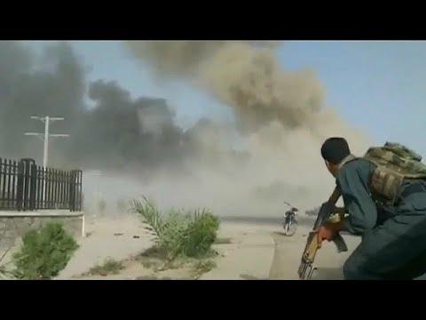 شاهد: اللحظات الأولى بعد هجوم انتحاري على مركز للشرطة الأفغانية…