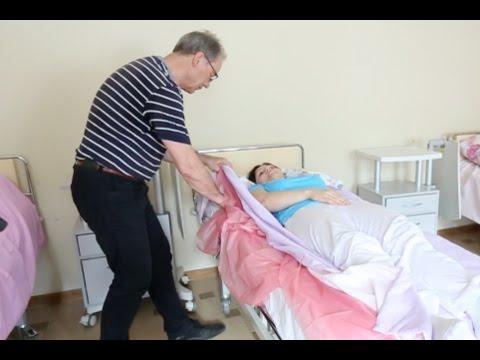 Секреты ухода: как легко повернуть человека на бок и не уронить его с кровати