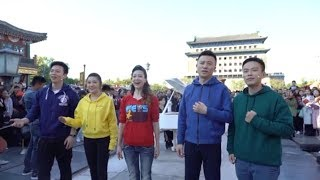 Gambar cover Hundreds sing 'I Love You China' in Beijing flash mob