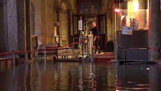 Acqua alta a Venezia: al lavoro nella Basilica di San Marco allagata