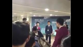 Драку китайских туристов в аэропорту сняли на видео