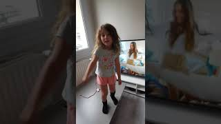 4 ans, je chante maman me dit- ANGELINA