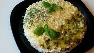 Слоеный салат с крабовыми палочками.