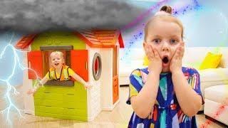 Alex y Gaby fingen jugar con casa para niños