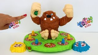 Totoykids jugando al Juego de Pie Grande 🐒 Machaca Max 🙉!!! Niños contra Niñas!!!