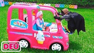Nikita trifft in einem rosa Auto auf Superhelden